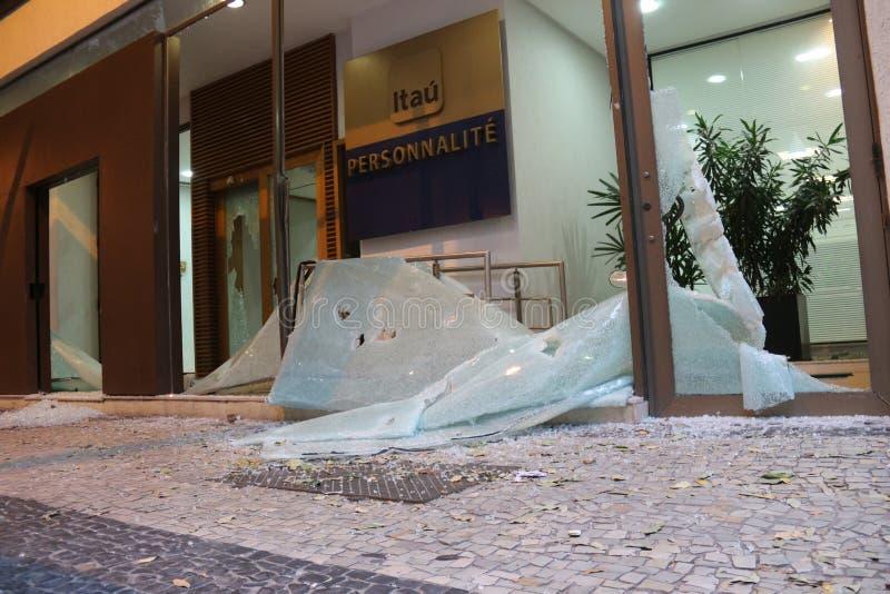 Protesto violento contra o governo no Rio do centro fotografia de stock