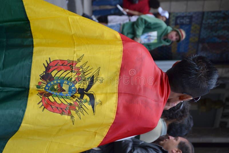 Protestor che porta bandierina boliviana fotografia stock libera da diritti