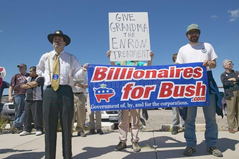 Protestor em Tucson o Arizona do presidente George W Bush que guarda um sinal que proclama multimilionário para Bush imagens de stock royalty free