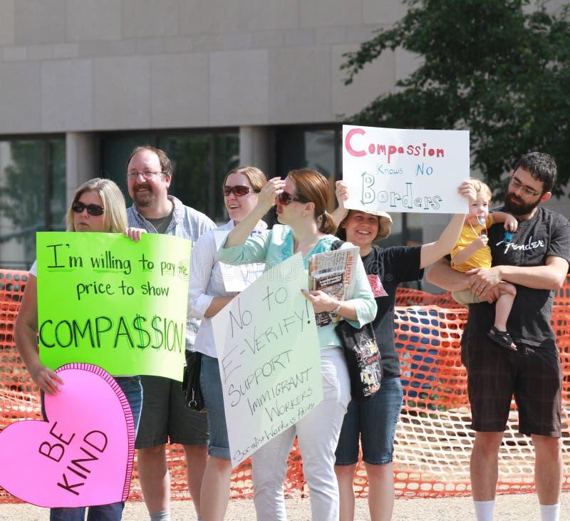 Protestors contrarios en una reunión para asegurar nuestras fronteras imagen de archivo libre de regalías