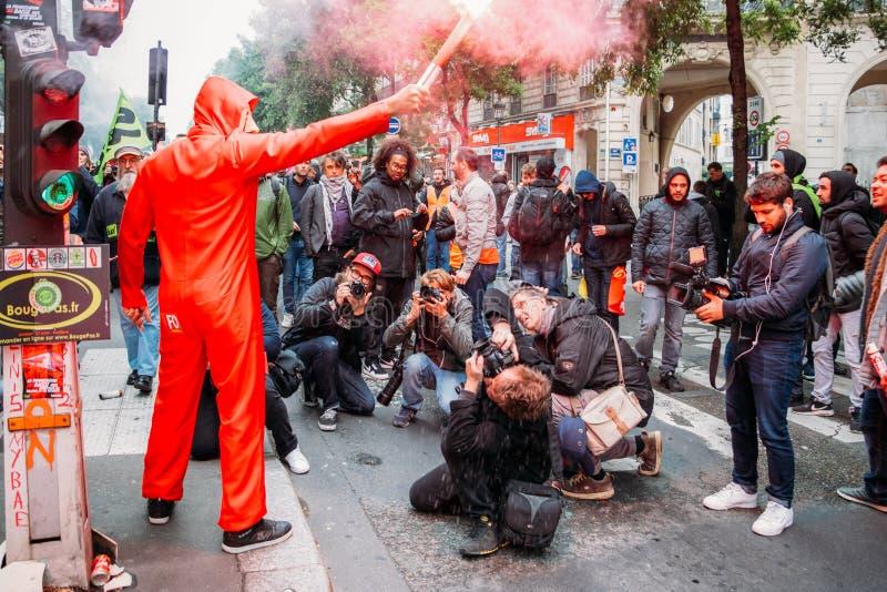 Protestors que vestem cartuchos de um gás claro da máscara de Guy Fawkes para expressar sua raiva contra o governo francês do ` s fotografia de stock royalty free