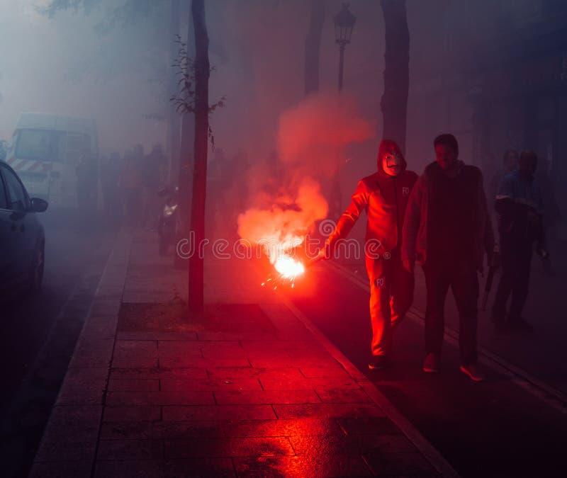 Protestors que vestem cartuchos de um gás claro da máscara de Guy Fawkes para expressar sua raiva contra o governo francês do ` s imagens de stock royalty free