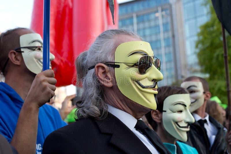 Protestors que vestem maskes de Guy Fawkes durante a manifestação contra os acordos de comércio TTIP e CETA em Bruxelas fotografia de stock royalty free