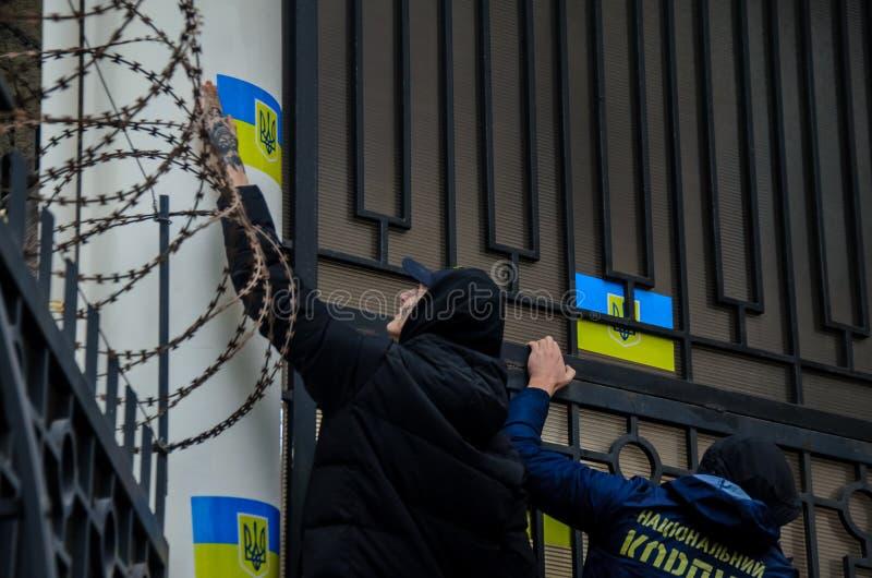 Protestos de patriotas ucranianos perto do consulado geral da Federação Russa em Odessa contra a agressão de Rússia fotografia de stock royalty free