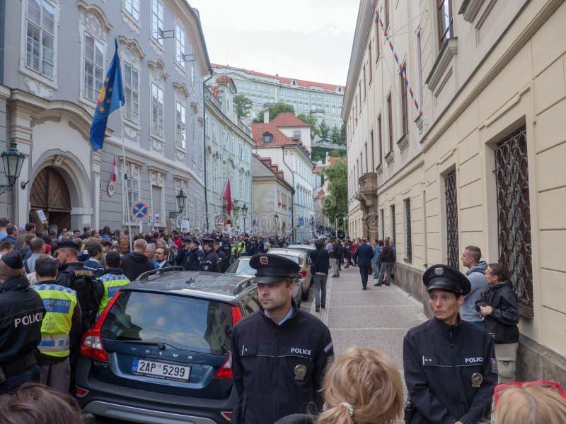 Protestos no quadrado de Malostranske em Praga imagem de stock royalty free