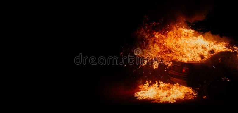 Protestos políticos, carros ardentes na rua imagens de stock
