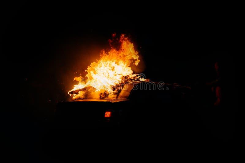 Protestos pol?ticos, carros ardentes na rua fotos de stock royalty free