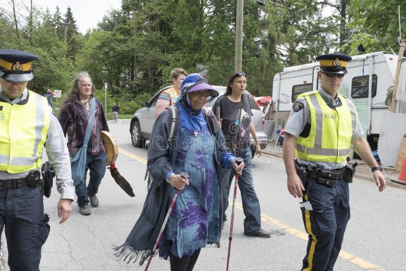Protestujący arreseted podczas gdy demonstrujący przy Kinder Morgan cysternowym gospodarstwem rolnym w Burnaby, BC obraz royalty free