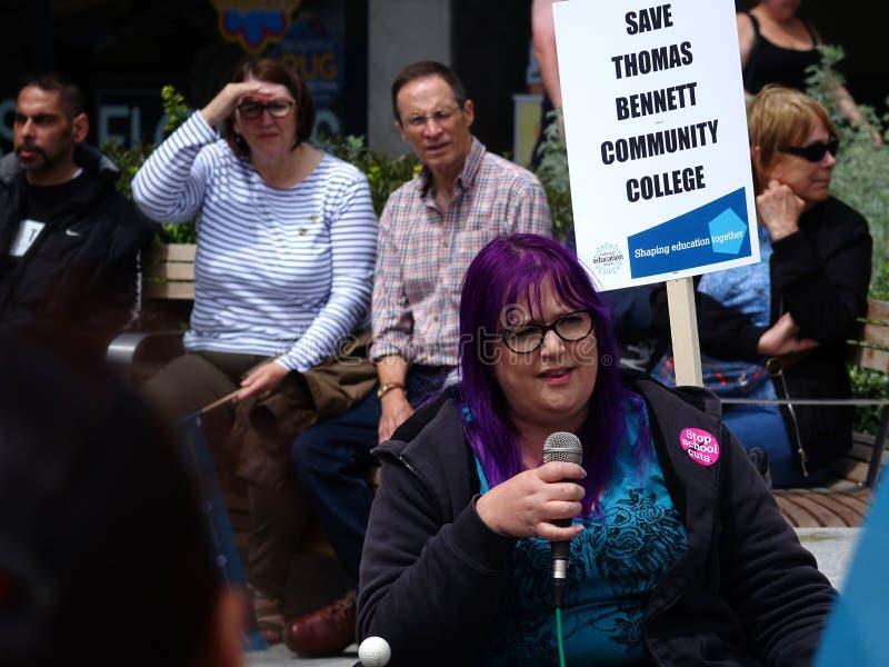 Protestujący dla Thomas Bennett college społecznego cięć budżetowych obrazy royalty free