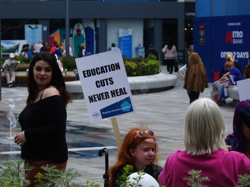 Protestujący dla Thomas Bennett college społecznego cięć budżetowych obraz stock