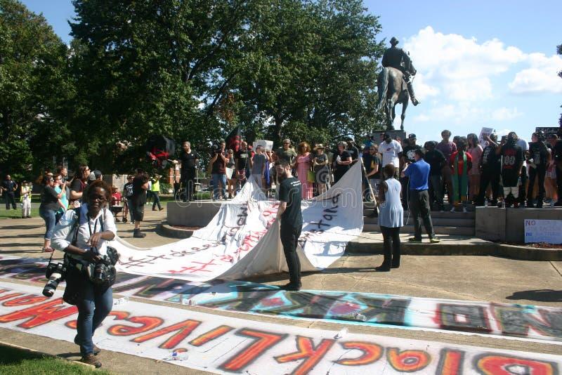 Protestujący dzwonią dla usunięcia konfederacyjna statua w Memphis zdjęcie royalty free