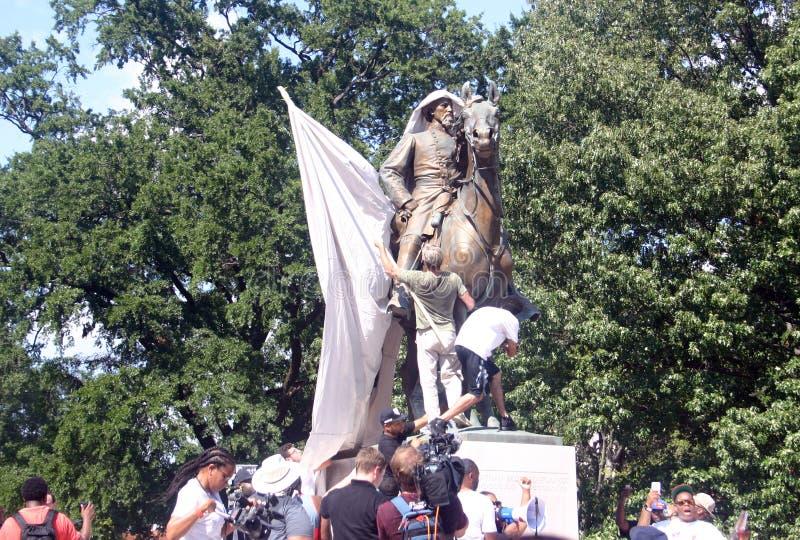 Protestujący dzwonią dla usunięcia konfederacyjna statua w Memphis zdjęcia royalty free