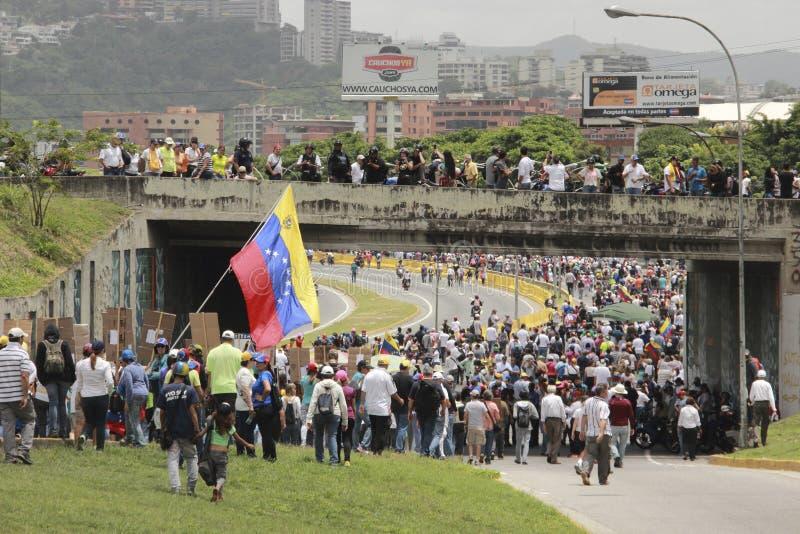 Protestujący uczestniczy w wydarzeniu dzwonili matki wszystkie protesty w Wenezuela przeciw Nicolas Maduro rzędowi 2017 zdjęcie stock