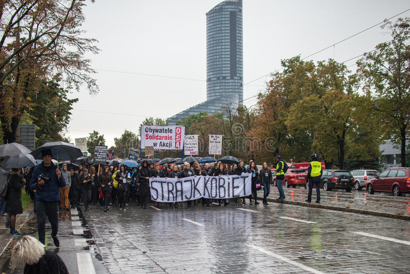 Protestuje przeciw antyaborcyjnemu prawu zmuszającemu Polskim rzędem PIS, czerń protest obraz royalty free