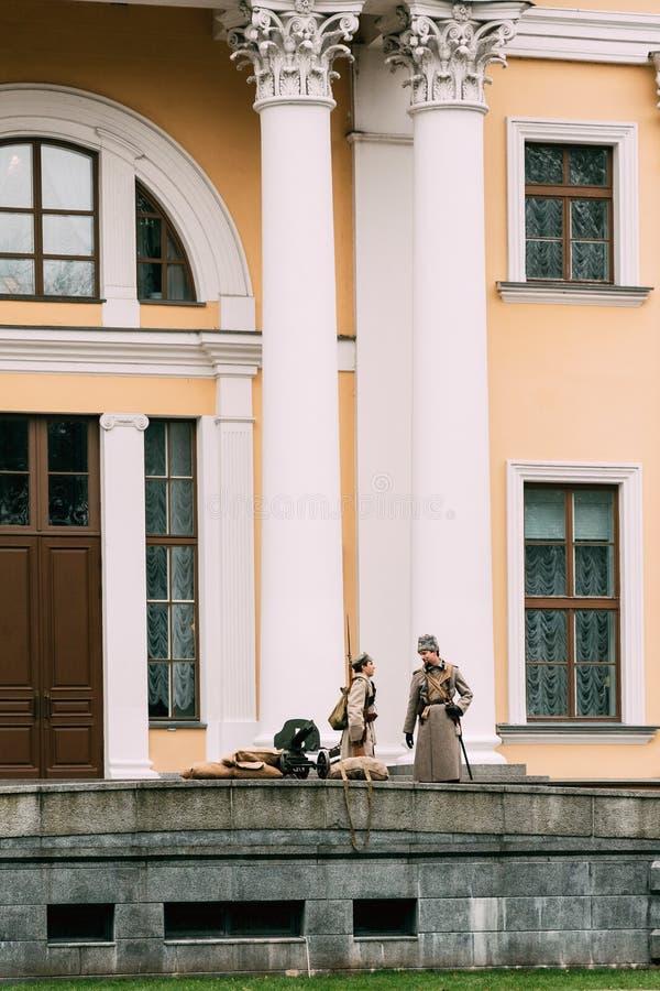 Protetor branco de Reenactors na entrada ao palácio Gomel, Bel imagem de stock royalty free