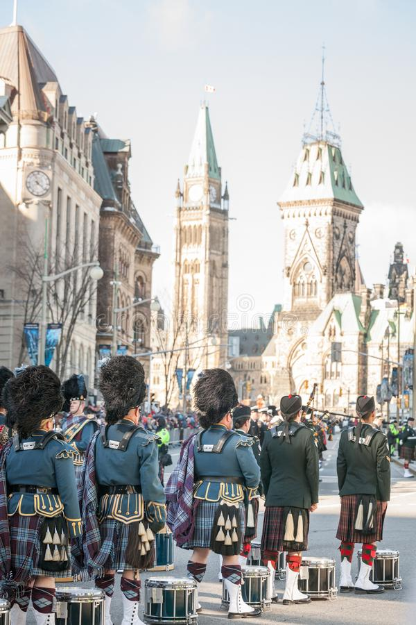 Protetor cerimonial do regulador General Foot Guards de Canadá, com seus kilts, estando durante o dia da relembrança fotos de stock