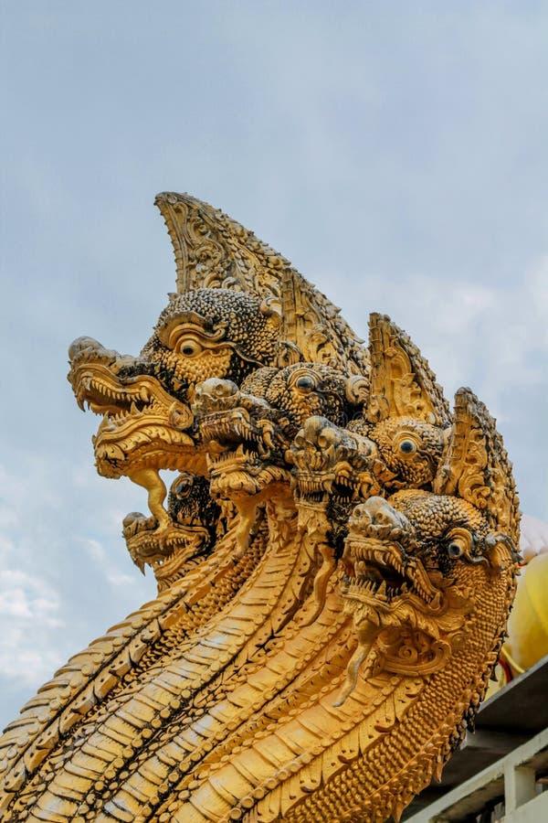 Protetor da serpente do dragão do Naga no templo Wat em Tailândia fotos de stock royalty free