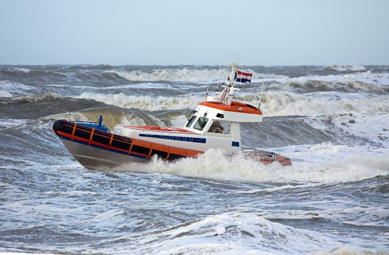 Protetor de costa durante a tempestade imagens de stock