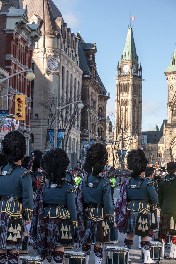 Protetor de Eremonial do regulador General Foot Guards de Canad?, com seus kilts, estando durante o dia da relembran foto de stock