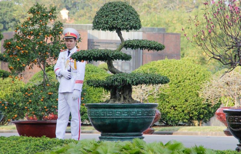 Protetor de honra em Ho Chi Minh Mausoleum nos vagabundos Dinh Square em Hanoi, Vietname imagem de stock royalty free