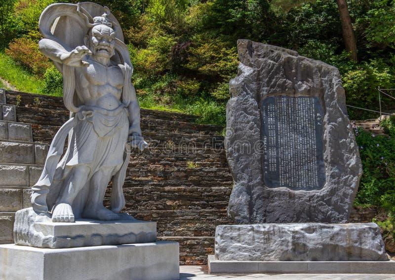 Protetor de pedra escultural, est?tua do sinal e do dem?nio do guardi?o na entrada ao templo budista coreano Guinsa Regi?o de Dan imagens de stock royalty free
