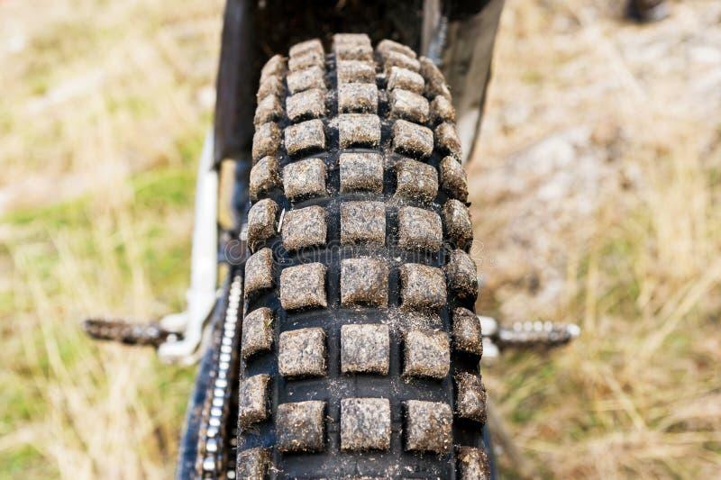 Protetor de uma roda da motocicleta para o enduro fora de estrada e a experimentação do passeio fotos de stock royalty free