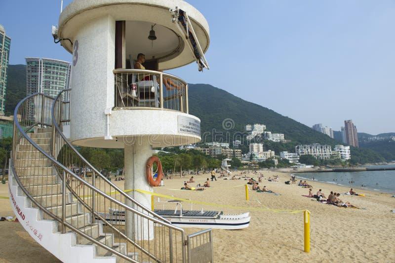 Protetor de vida no dever na praia da cidade de Stanley em Hong Kong, China imagens de stock