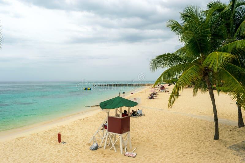 Protetor de vida no dever na praia das caraíbas tropical da praia branca da areia fotos de stock royalty free
