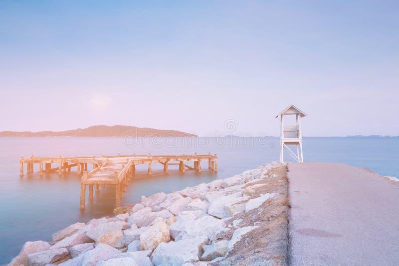 Protetor de vida sobre a skyline da costa de mar fotos de stock
