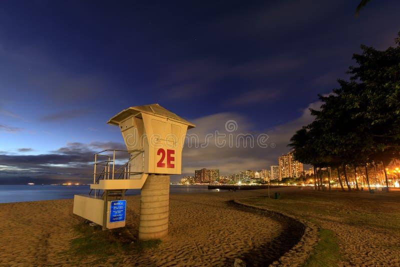 Protetor de vida Tower no por do sol da praia de Waikiki, Oahu, Havaí foto de stock royalty free
