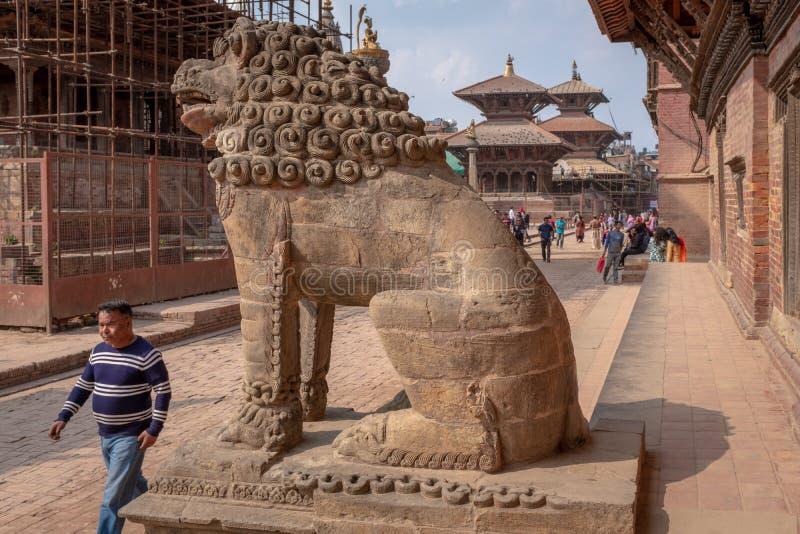 Protetor do leão e um homem que passa perto imagens de stock royalty free