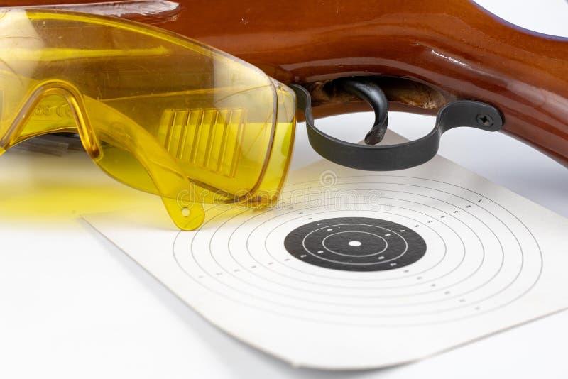 Protetor e arma pneumática em uma tabela branca Acessórios para o sp fotos de stock royalty free
