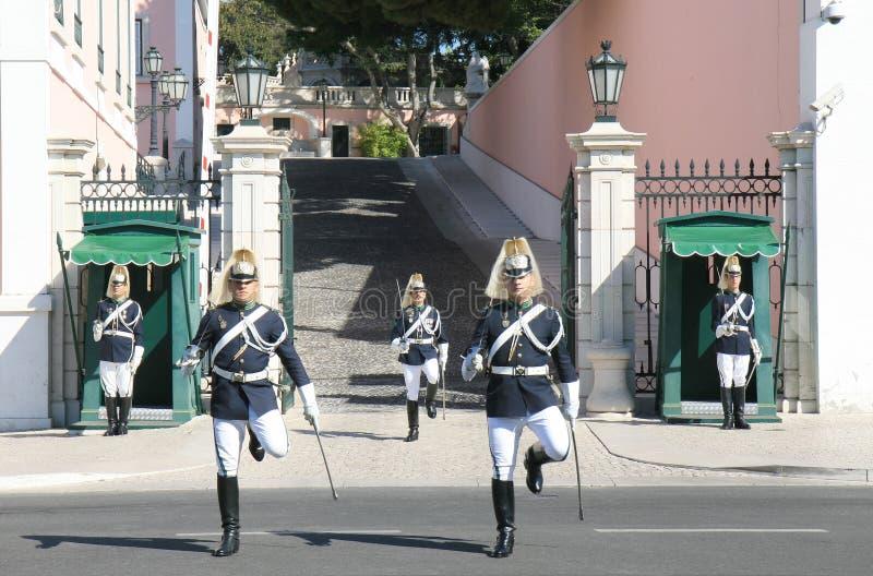 Protetor que muda perto do palácio presidencial Lisboa fotografia de stock
