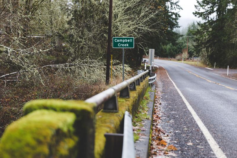 Protetor Rail Over Campbell Creek da estrada foto de stock royalty free