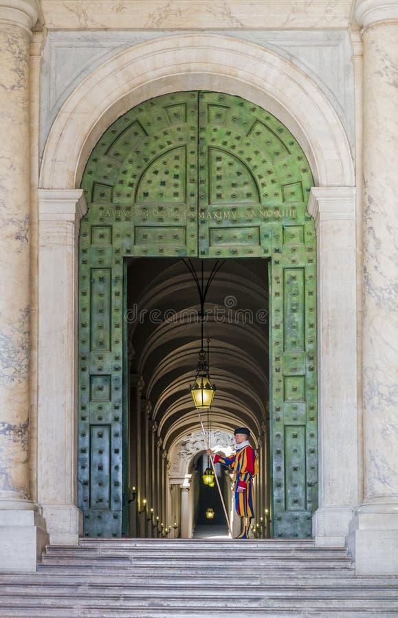Protetor suíço pontifical em Saint Peters Basilica fotos de stock