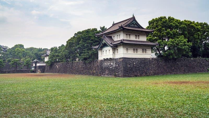 Protetor Tower no palácio imperial no Tóquio com construções de Otematchi, Tóquio, Japão imagens de stock royalty free