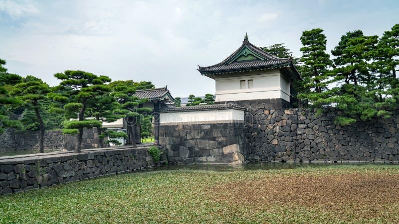 Protetor Tower no palácio imperial no Tóquio com construções de Otematchi, Tóquio, Japão imagem de stock