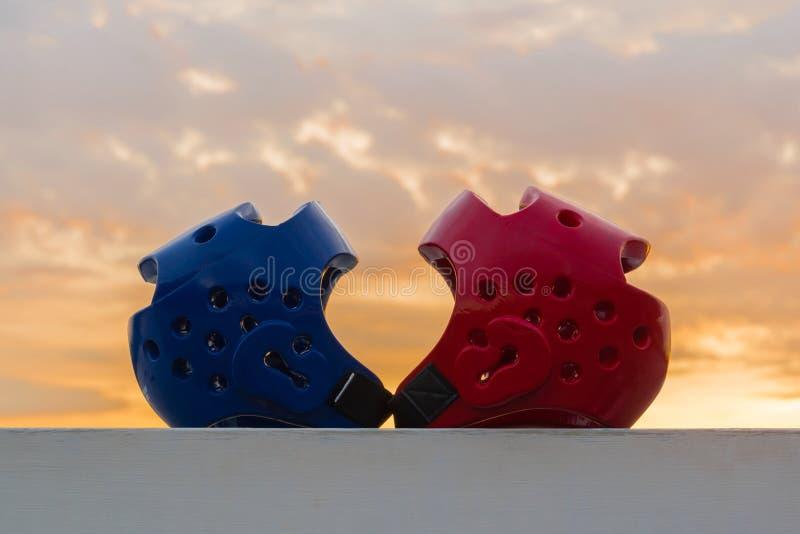 Protetor vermelho e azul da cabeça de Taekwondo fotos de stock