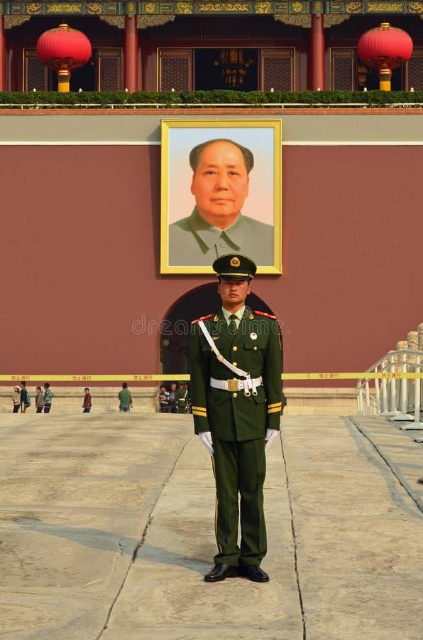 Protetor vermelho na entrada da Praça de Tiananmen ao Forb imagem de stock