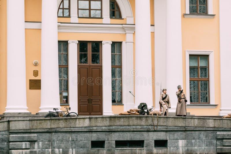 Protetores brancos dos protetores na entrada ao palácio Gomel, Belaru fotografia de stock royalty free
