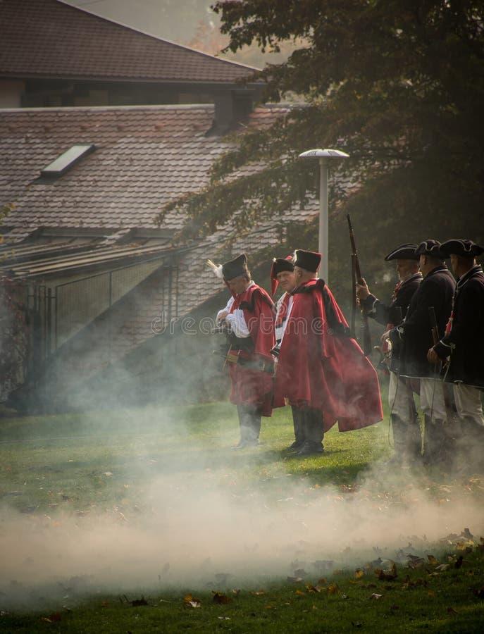 Protetores de honra que ateiam fogo a armas tradicionais durante a celebra??o na cidade Samobor fotos de stock