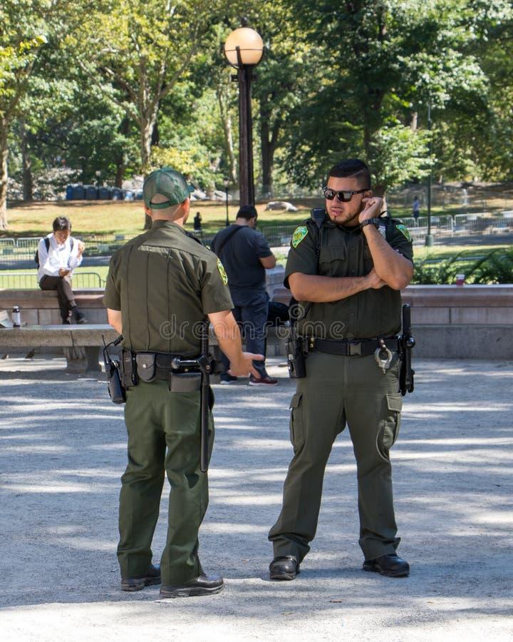 Protetores no Central Park New York foto de stock