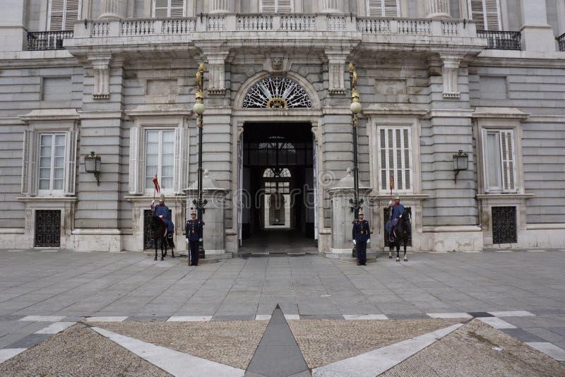 Protetores reais espanhóis na entrada principal do Palacio real no Madri fotos de stock royalty free
