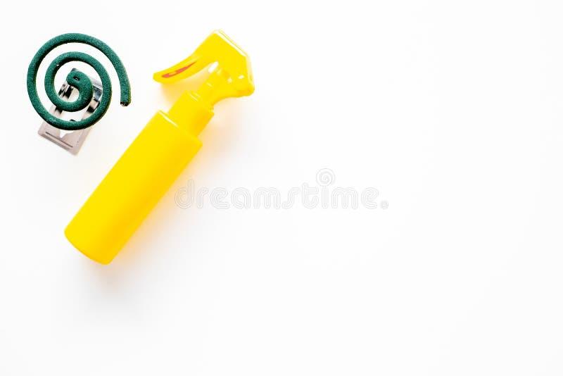Protettori della zanzara Individuo e per spazio aperto La spirale verde e lo spruzzo sulla vista superiore del fondo bianco copia immagine stock