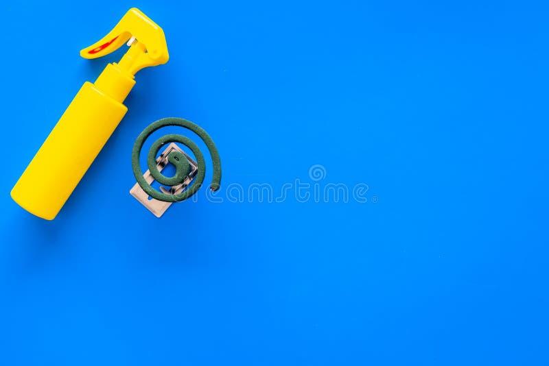 Protettori della zanzara Individuo e per spazio aperto La spirale verde e lo spruzzo sulla vista superiore del fondo blu copiano  fotografie stock libere da diritti