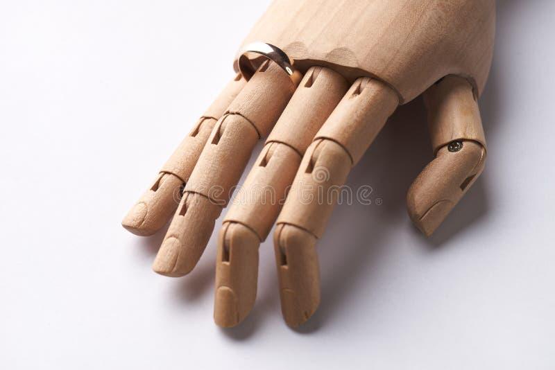 Protetyczna Drewniana ręka z obrączką ślubną na palcu obraz royalty free