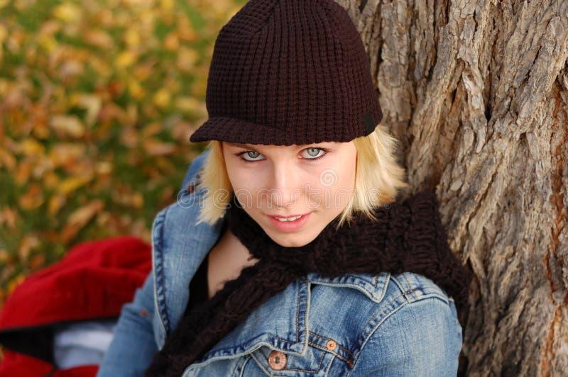 Protezione da portare e sciarpa della giovane donna fotografia stock