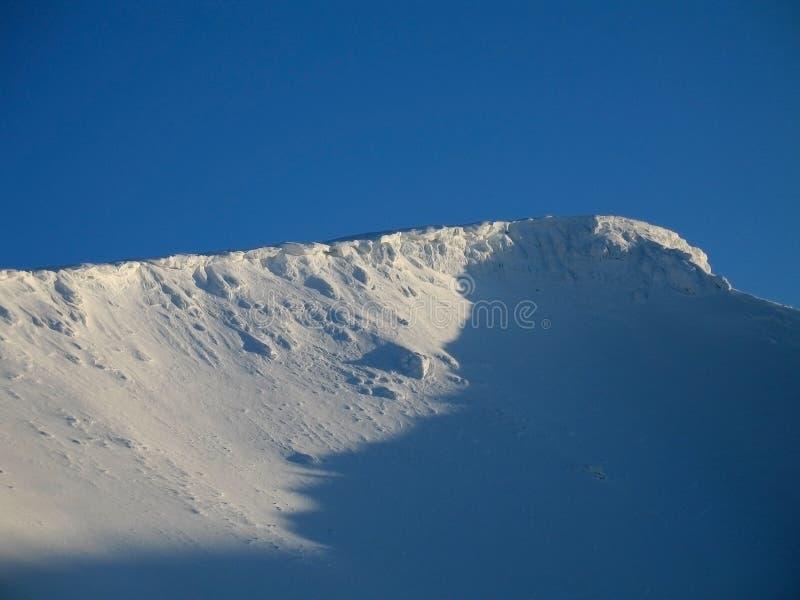 Protezione della neve alla parte superiore della montagna fotografia stock libera da diritti