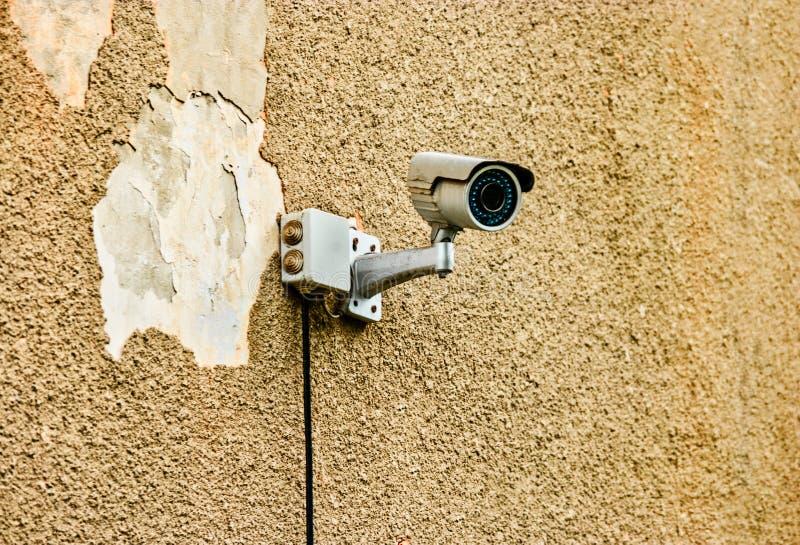 Protezione della proprietà privata della videocamera di sicurezza sulla parete nociva immagine stock
