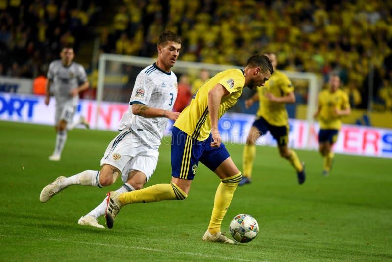 Protezione Roman Neustaedter della squadra nazionale della Russia e percussore Marcus Berg della squadra nazionale della Svezia fotografia stock